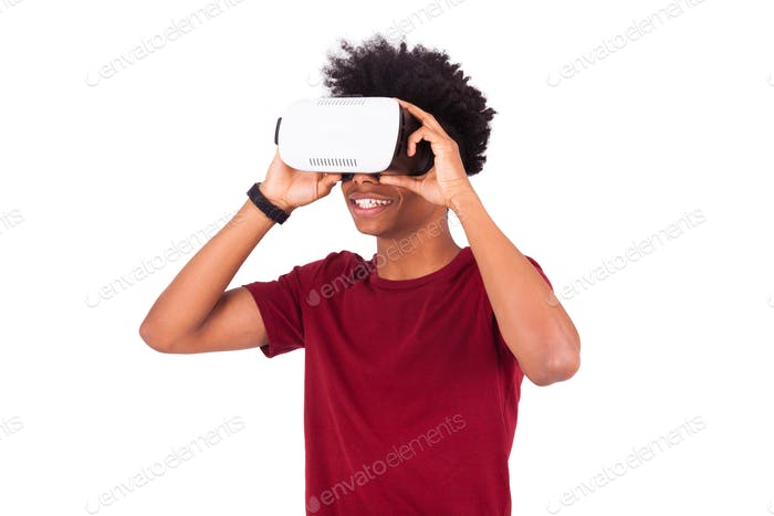 Afroamerikaner junger Mann trägt vr Virtual Reality Headset ov
