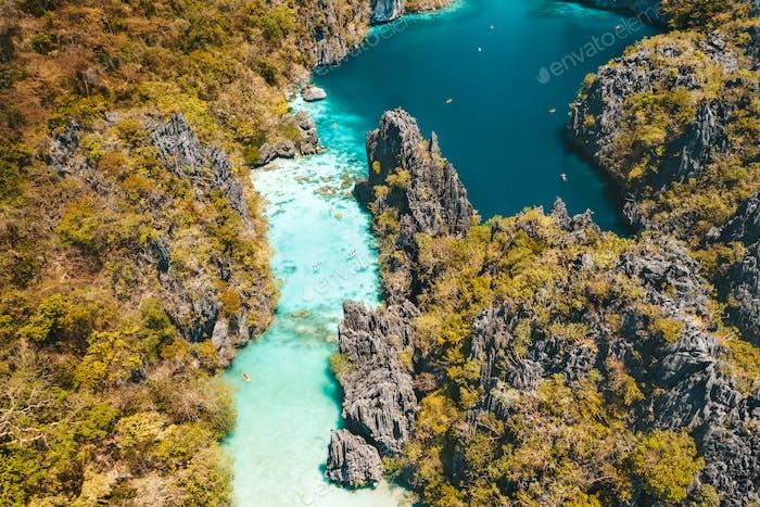 El Nido, Palawan, Philippinen, Luftaufnahme der schönen großen Lagune, Kalksteinfelsen und Kajakfahren