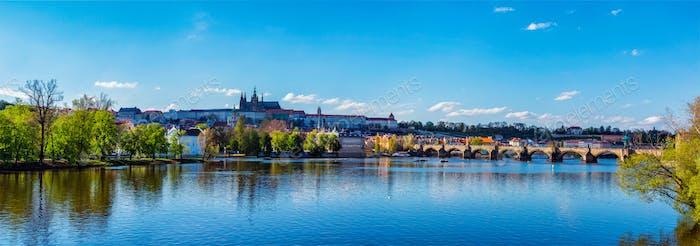 Vista del castillo de Praga y el Puente de Carlos sobre Moldava