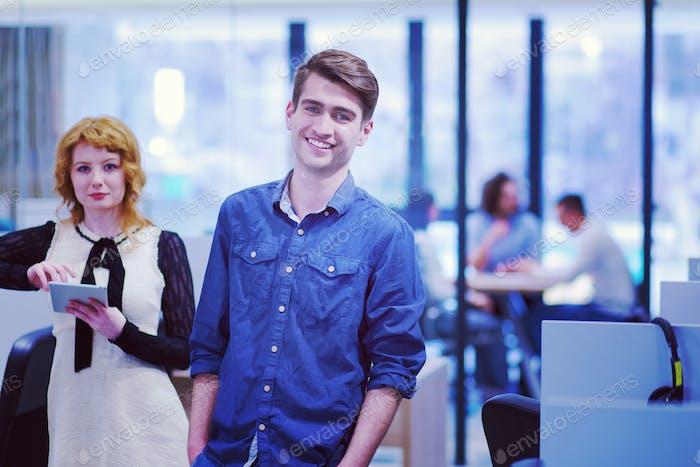 Geschäftsleute, die mit Tablet im Startup-Büro arbeiten