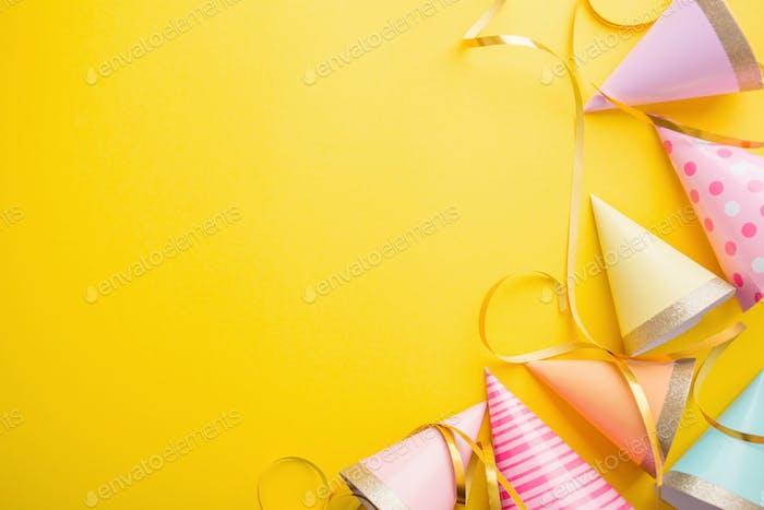 Geburtstagsparty Hintergrund auf Gelb