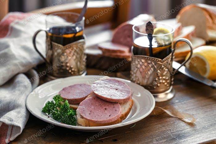 Frühstück mit Sandwich und Tee
