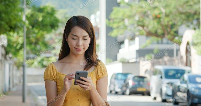 Frauen rufen Taxi auf dem Handy auf der Straße