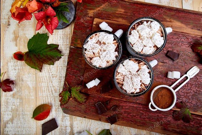 Heiße Schokolade mit Marshmallow-Bonbons auf hölzernem Hintergrund