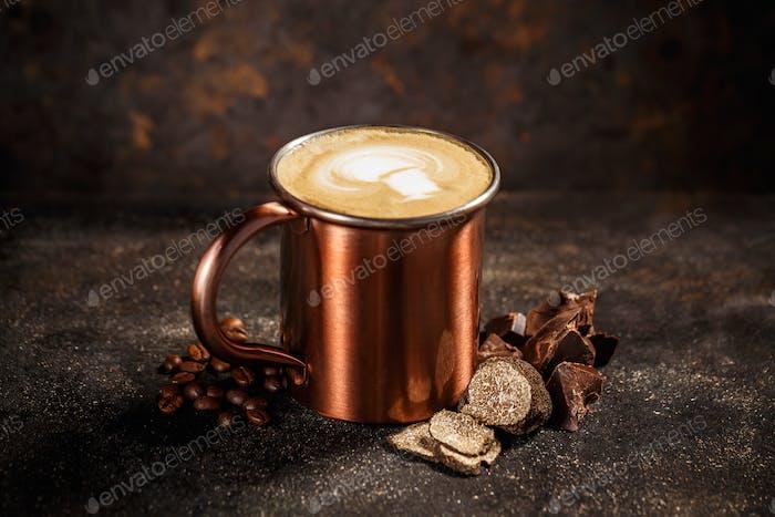 Kaffeetasse mit Trüffel und Schokolade
