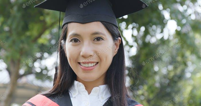 Estudiante graduado de la escuela con una gorra y un vestido