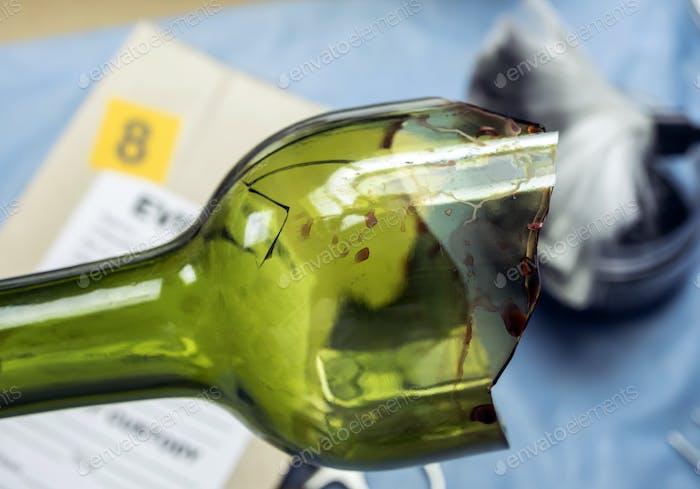 Polizeiexperte bekommt Blutprobe aus einer zerbrochenen Glasflasche im Criminalistic Lab, konzeptionelles Bild