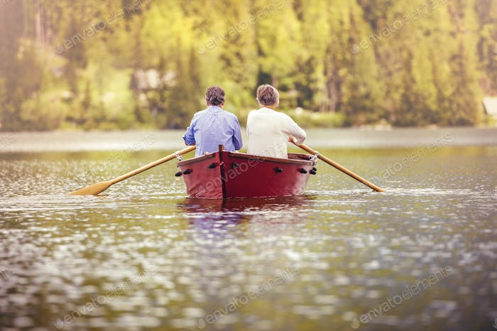 Senior pareja en barco