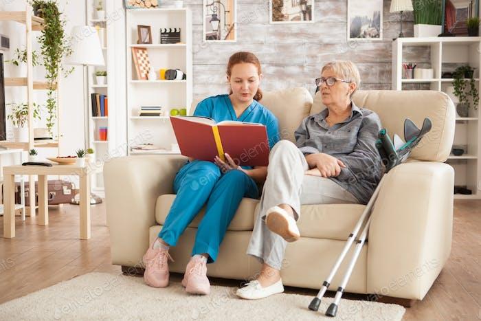 Krankenschwester Frau liest ein Buch über Pflegeheim