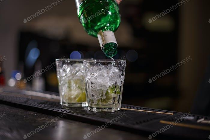 Barman bereitet Mojito Cocktail