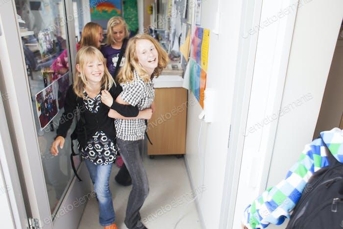 schelmisch Schulmädchen verlassen Klassenzimmer