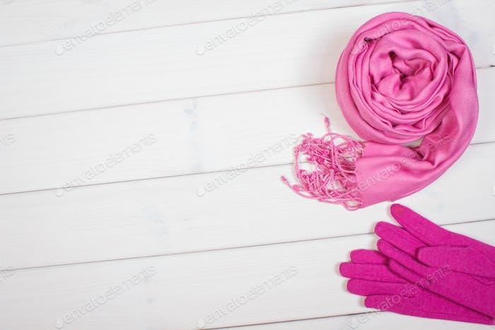 Rosa Schal und Handschuhe für Frau, Kleidung für Herbst oder Winter, Kopierraum für Text