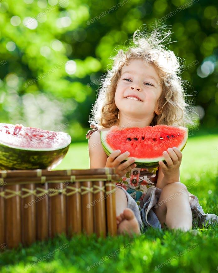 Kind mit Picknick im Frühlingspark