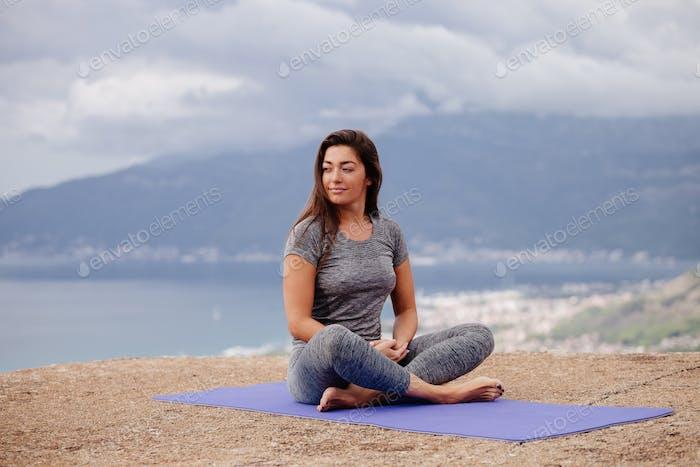 Frau Yoga Praxis in den Bergen
