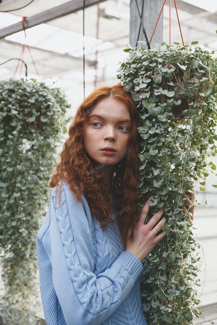 Mädchen berühren Pflanzen