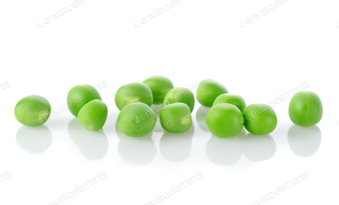 Rohe grüne Erbsen isoliert