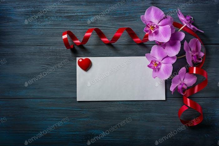 Lila Orchidee und Umschlag