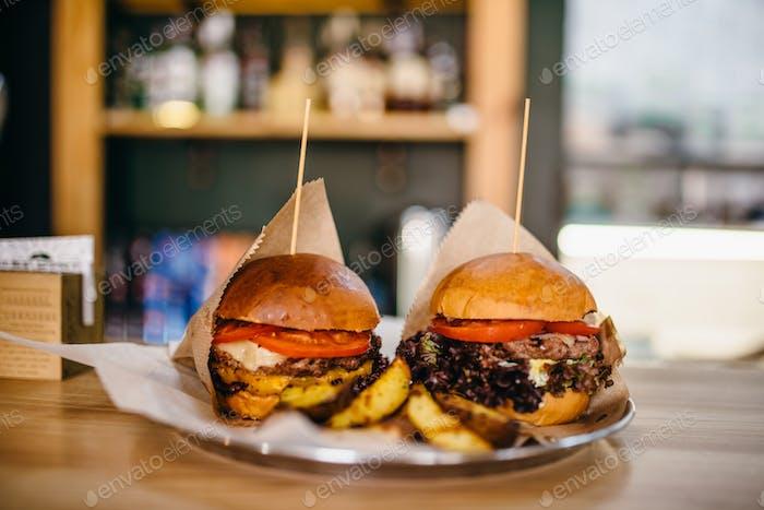 Frisch gegrillte Burger und auf dem Tisch