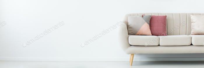 Sofa im leeren Wohnzimmer
