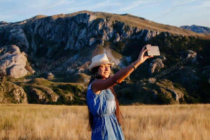 Land Frau machen Selfie Foto in den Bergen