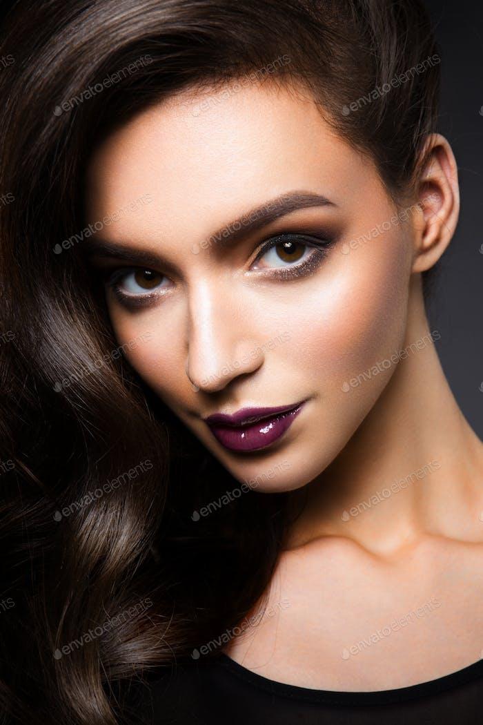 Glamour Porträt von schönen Frau Modell mit frischen täglichen Make-up und romantische wellige Frisur.