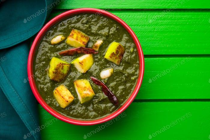 Palak Paneer oder Spinack Hüttenkäse Curry im indischen Stil
