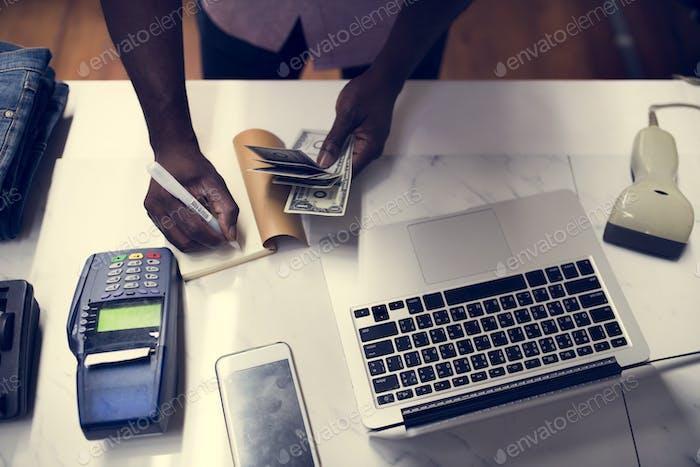 Intercambio de dinero con productos