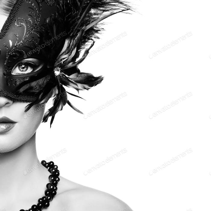 Schöne junge Frau in schwarz geheimnisvolle venezianische Maske