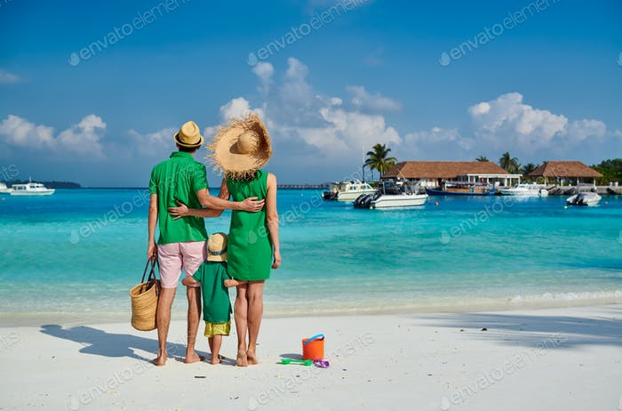 Familie mit drei Jahren Junge am Strand
