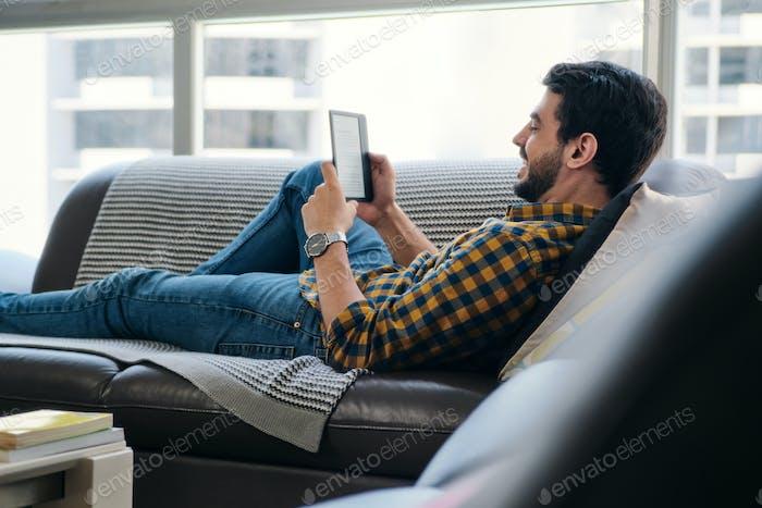 Hombre Lectura Ebook Con Ereader Mentido En Sofá