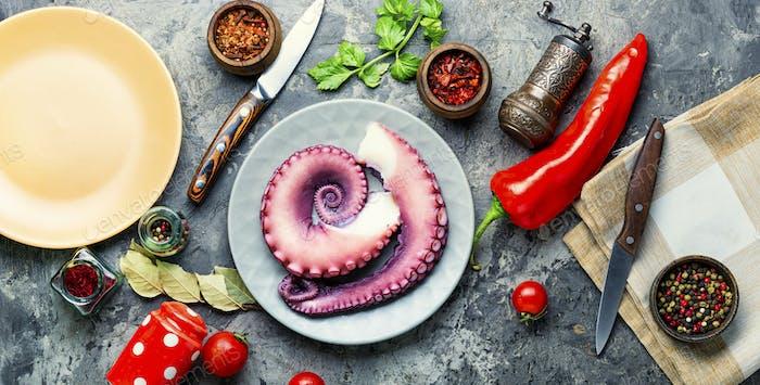 Rohe Tentakel eines Oktopus.