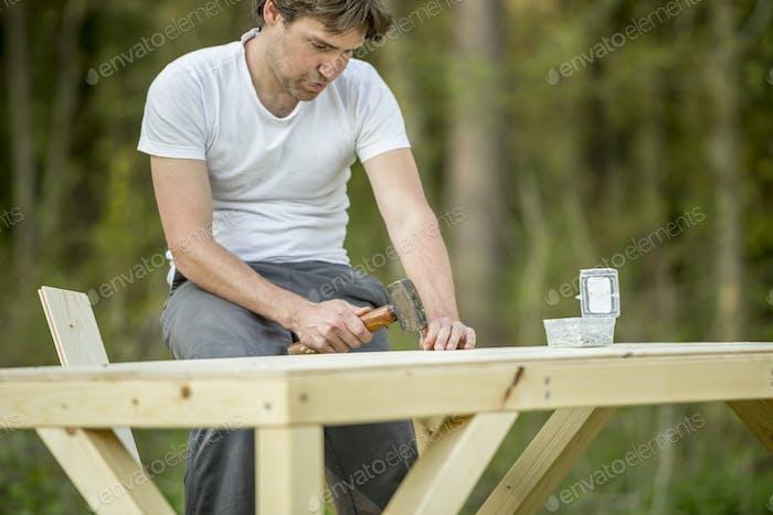 Tischler arbeiten mit Holz