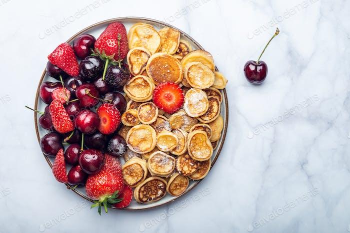 Kleine Müsli Pfannkuchen und Erdbeeren