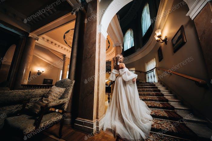 Портрет красивой невесты, поднимаясь по красивой лестнице