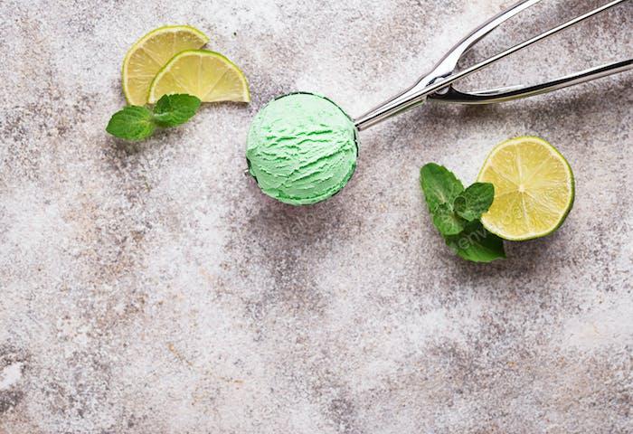 Eiskugel mit Minze und Limette