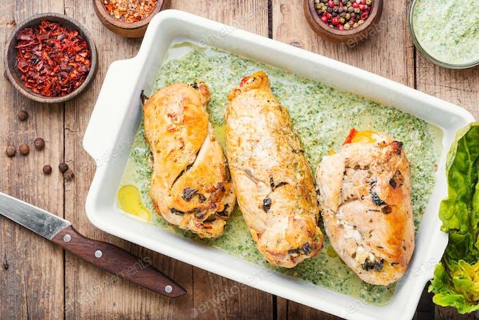 Rolltes Huhn gefüllt mit Spinat