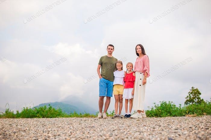 Schöne glückliche Familie in den Bergen im Hintergrund des Nebel