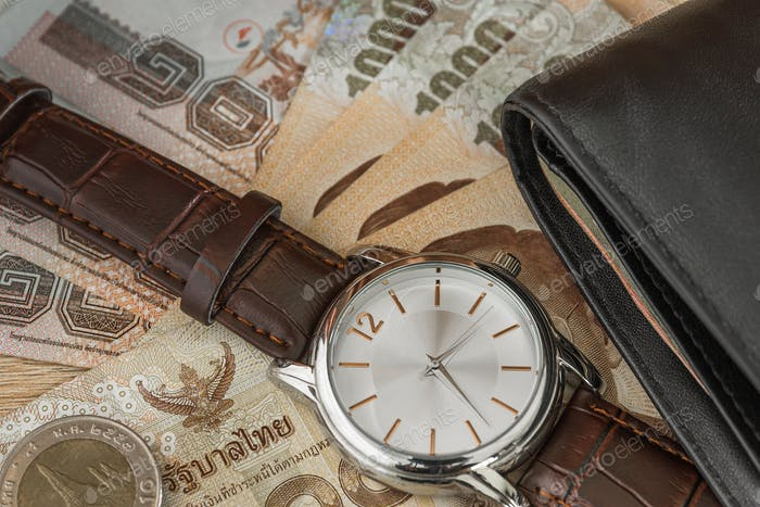 Uhr und Geldbörse auf Banknote