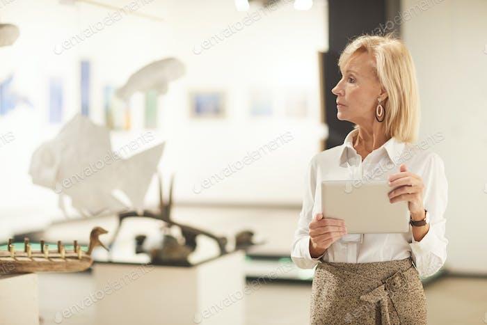 Elegante Frau Managing Art Gallery Ausstellung