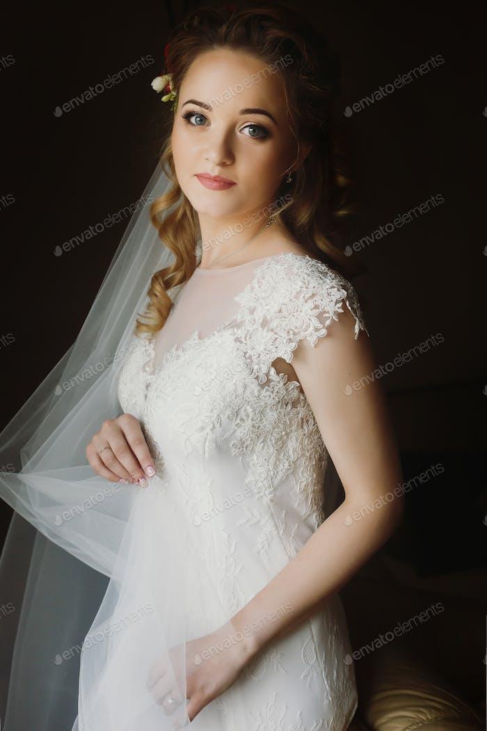 Porträt der schönen Braut, blonde Braut in eleganten weißen Hochzeitskleid