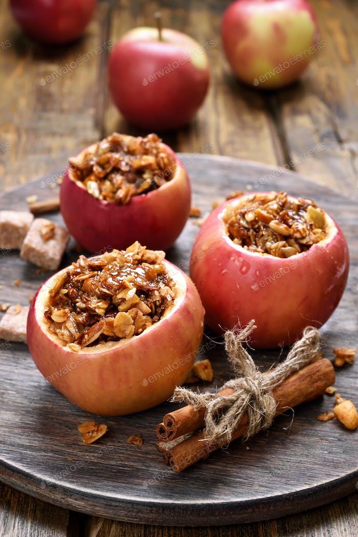 Äpfel gefüllt mit Müsli
