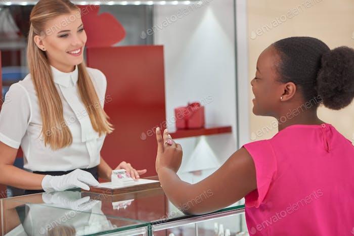 Frau Kauf von Schmuck im Laden