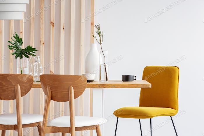 Modische skandinavische Holz-Design in hellen Wohnzimmer-Interieur