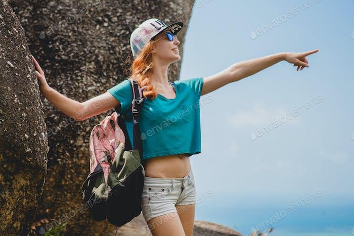 Ginger Frau reist mit Rucksack in den Bergen