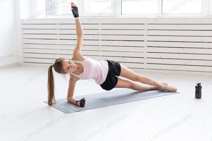Gesunder Lebensstil, Yoga, Menschen und Fitness-Konzept - Frau Workout mit Seitenplanke