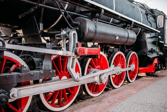Alte Dampfbahn, rote Räder Nahaufnahme