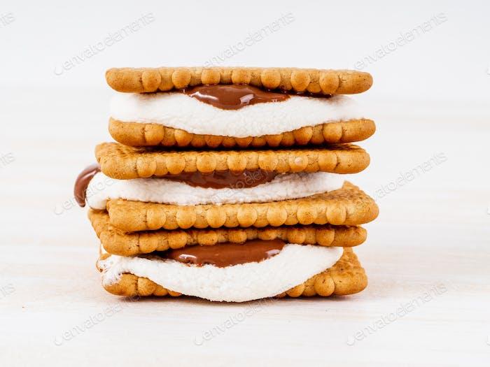 Smores, Marshmallow Sandwiches - traditionelle amerikanische süße Schokolade Kekse
