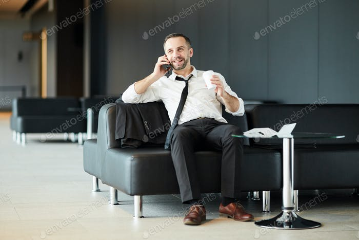 Telefonieren in der Lounge