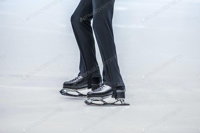 Füße eines jungen Athleten Eiskunstläufer