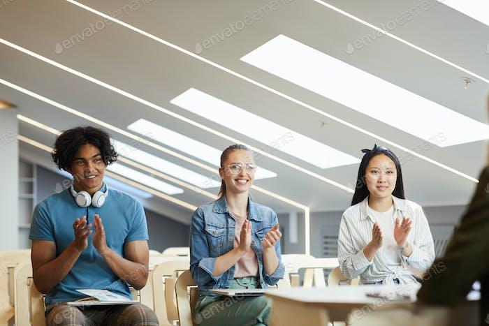 Studenten applaudieren Professor
